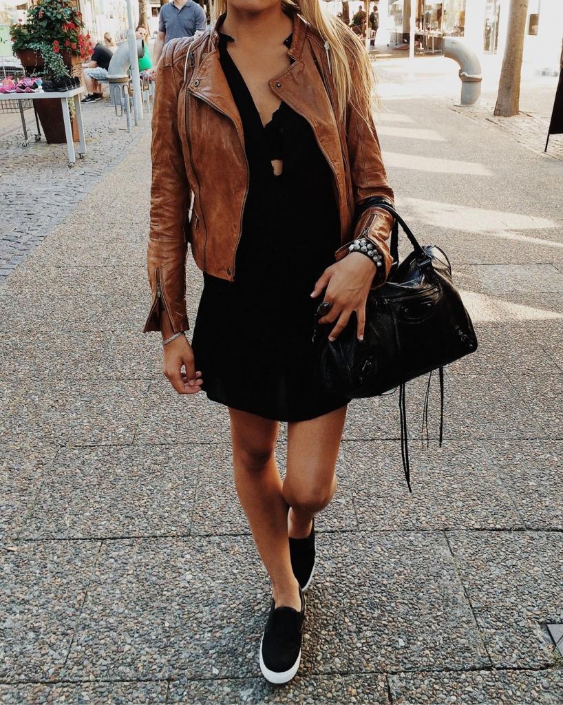 Стильное сочетание слипонов и юбки