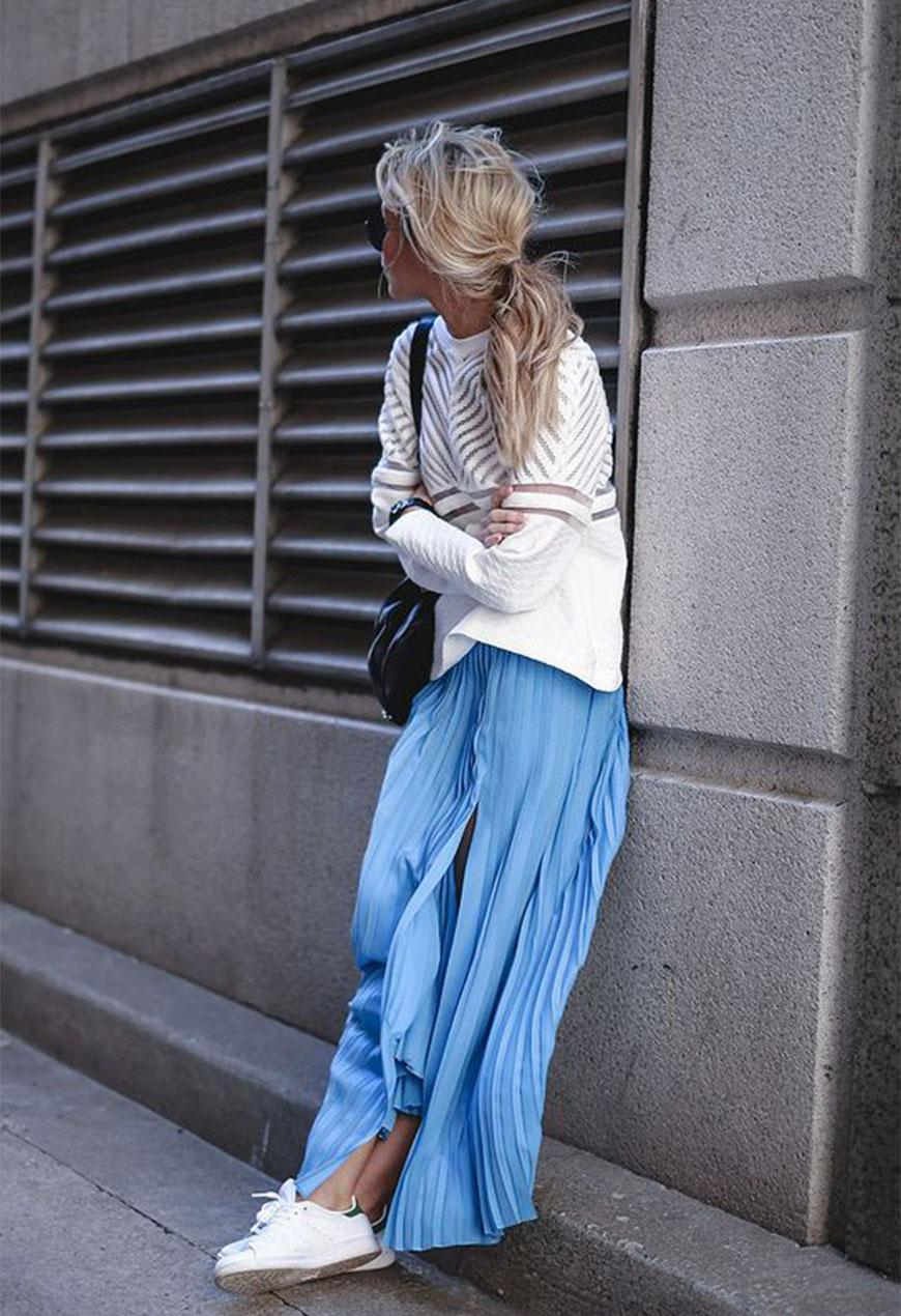 Стильное сочетание слипонов и юбки в пол