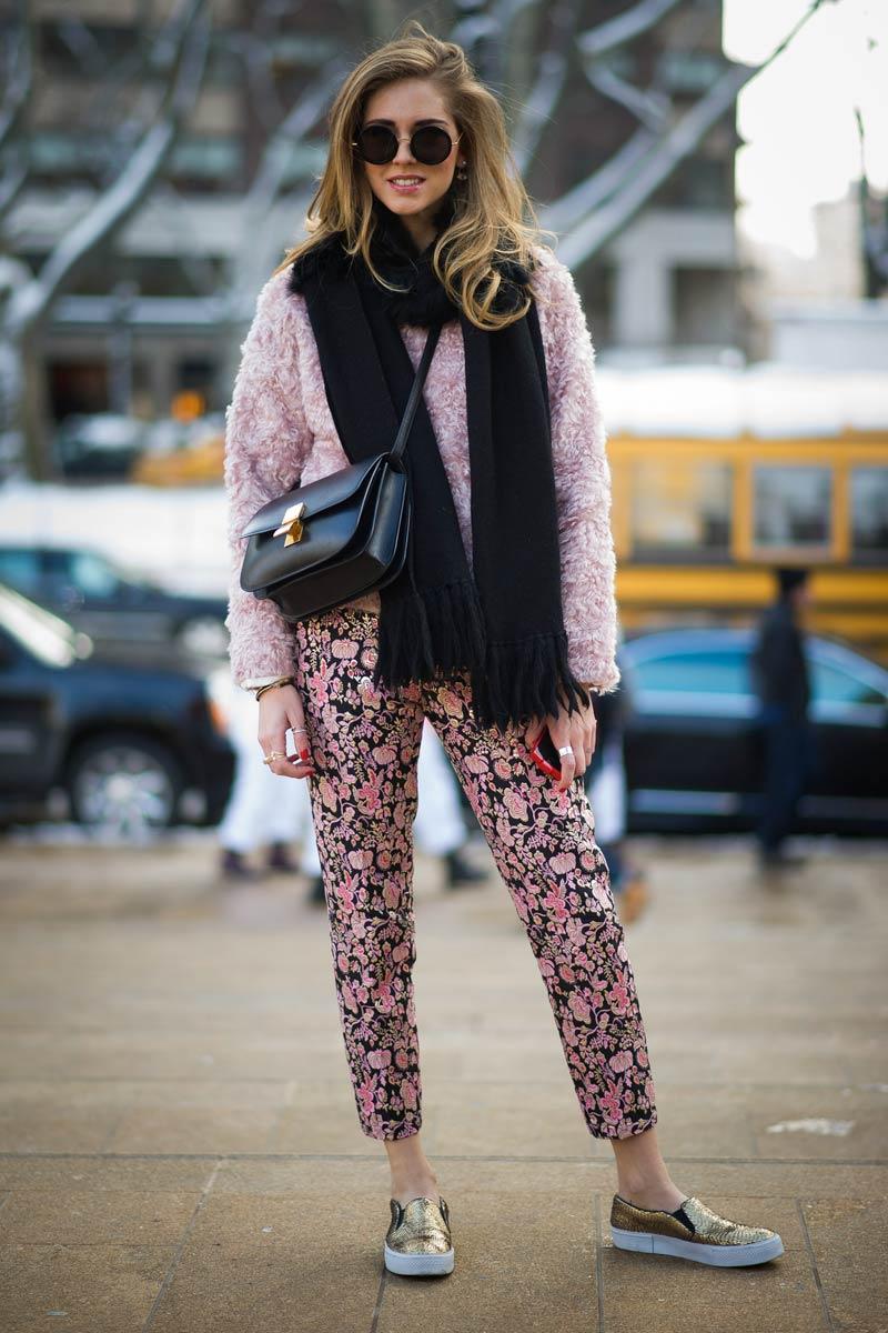 Трендовый лук: яркие слипоны со штанами