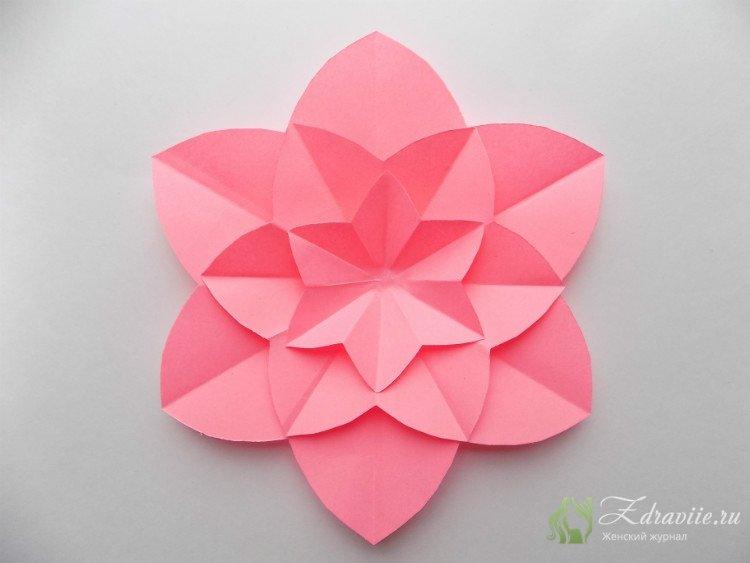 третий элемент цветка делаем из квадрата 10х10 см., фиксируем клеем поверх предыдущих слоев