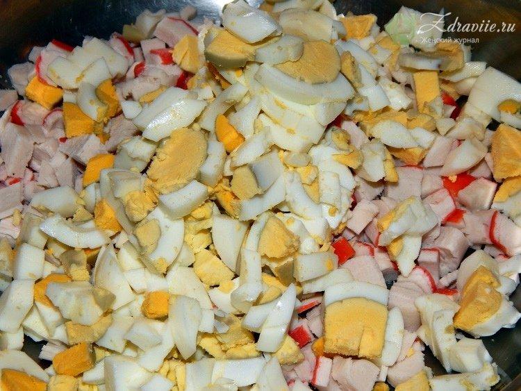 Нарезать крабовые палочки и яйца