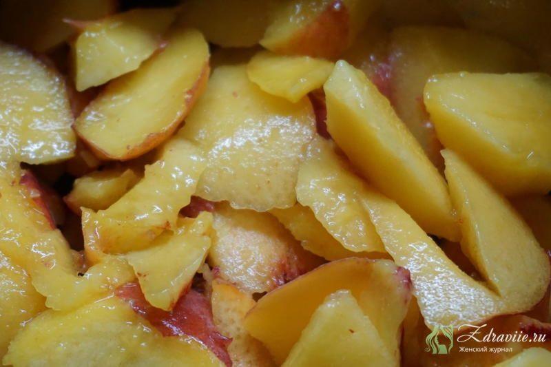 Порезать персик на кусочки