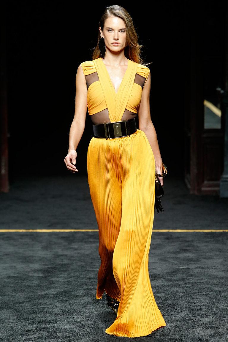 Яркое желтое платье с гофре: стиль наступающего года