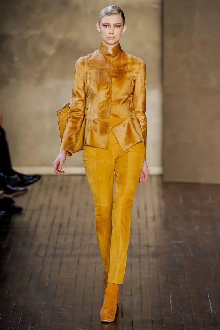 Желтые тона в моде: стильный костюм