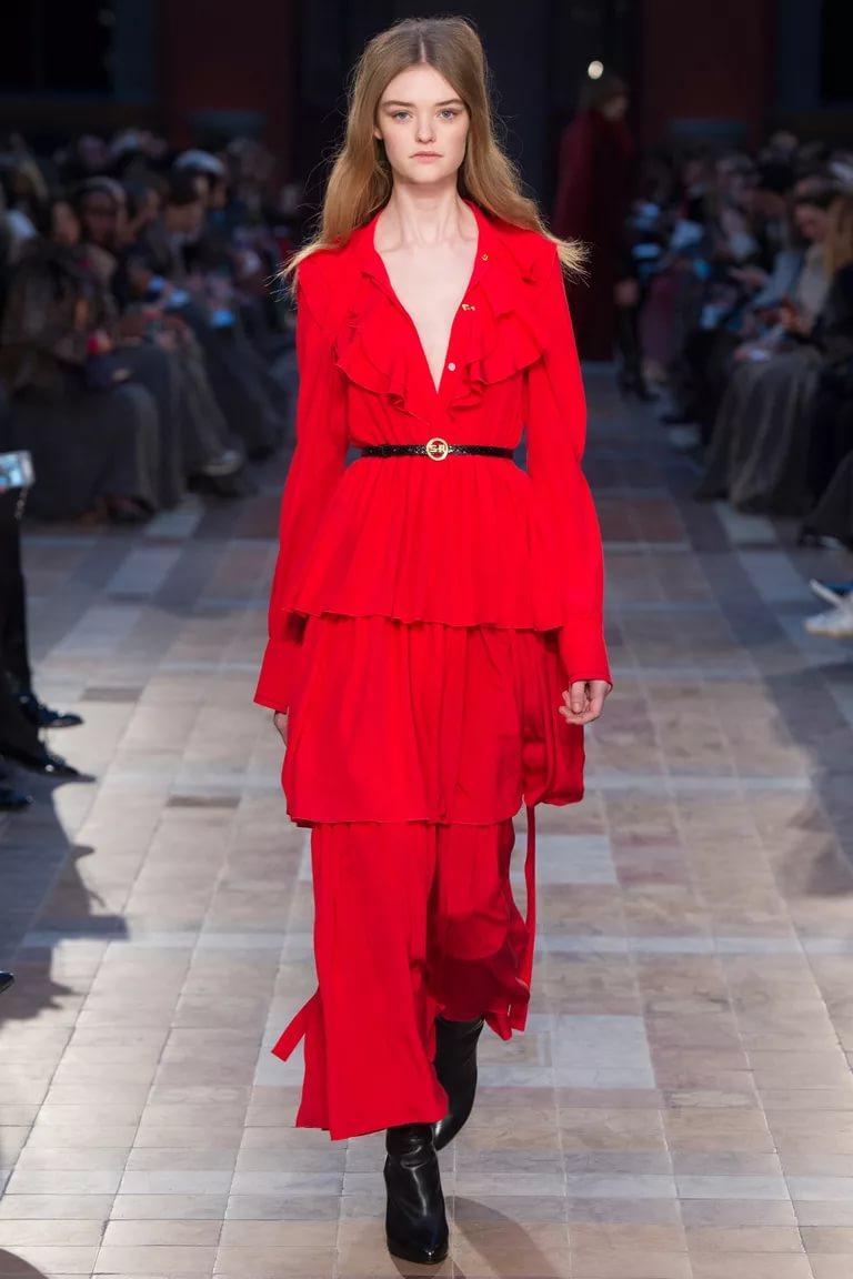 Многослойное платье с декольте