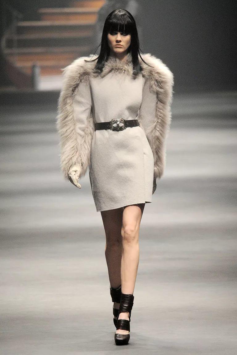 Платье с меховой отделкой: тренд сезона