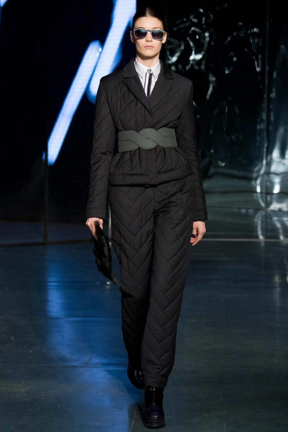 Стильный комплект: короткий пуховик и штаны