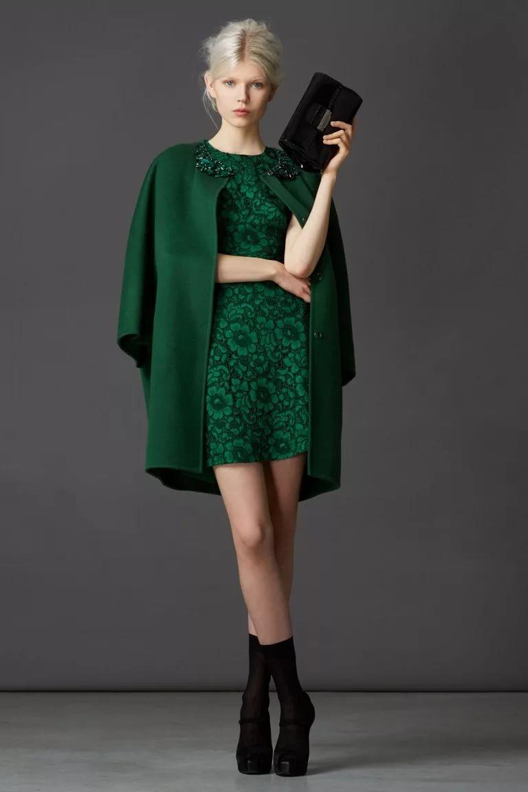 Модная одежда в изумрудном цвете