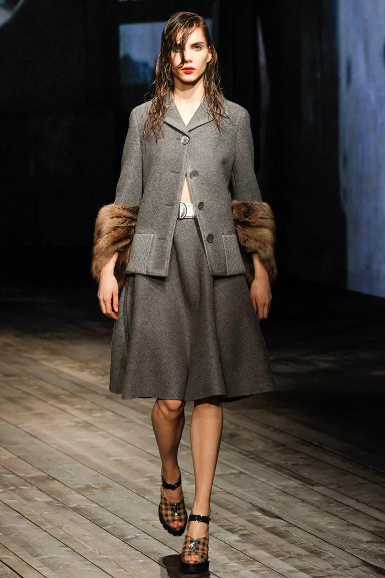 Стиль холодного сезона: костюм с меховой отделкой