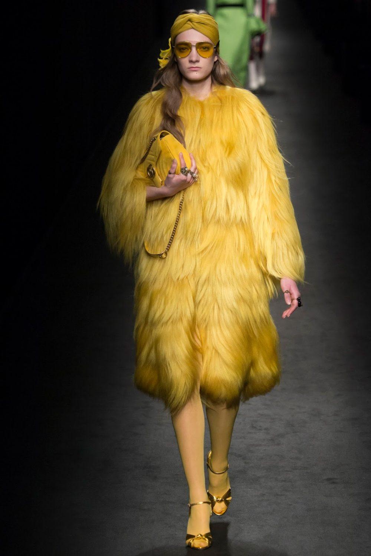 Желтая модная зимой шуба