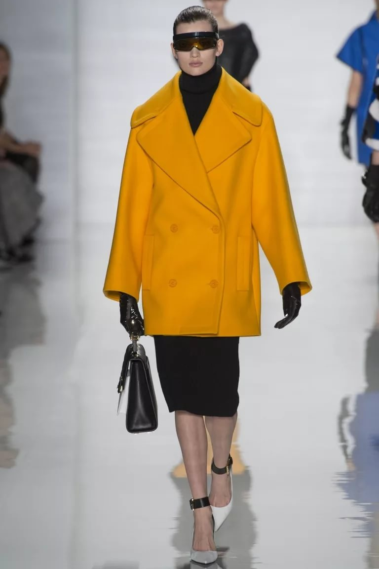 Пальто в стиле оверсайз модного желтого цвета