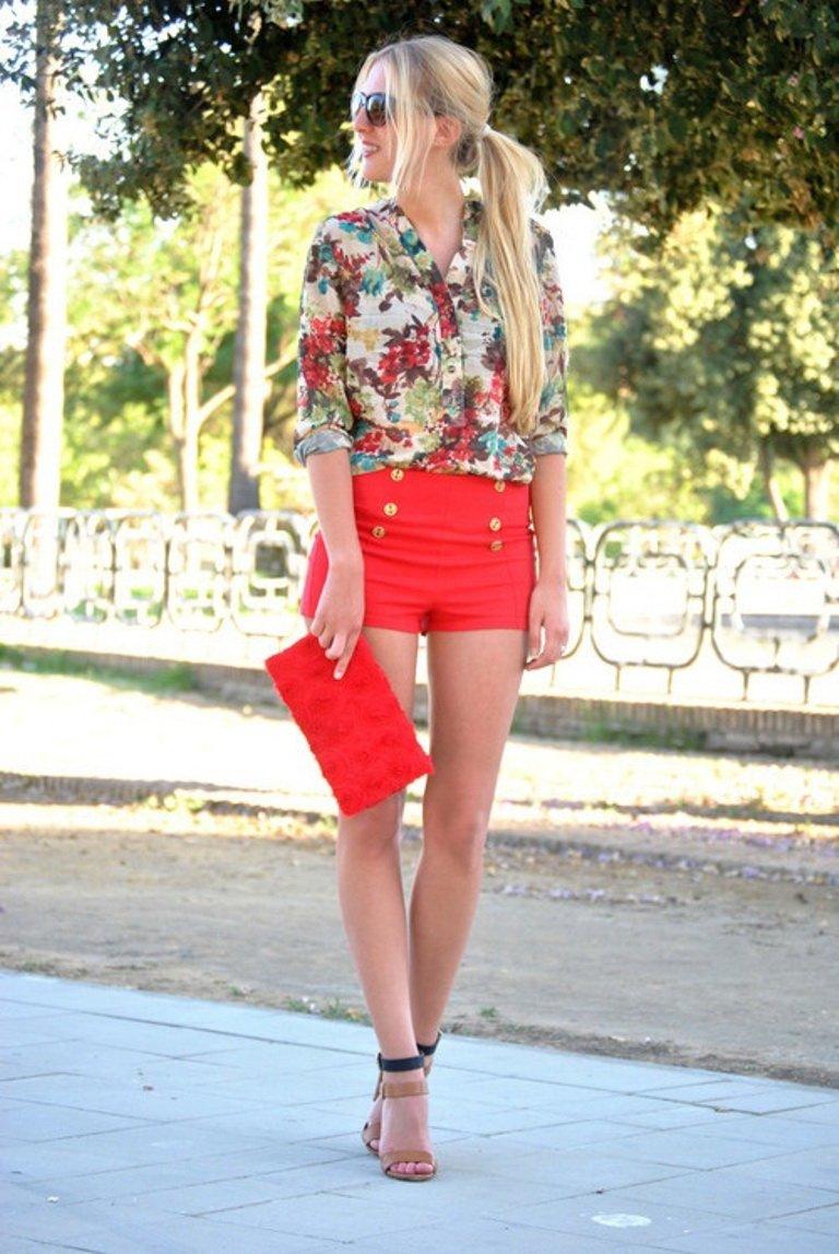 летние яркие коралловые шорты