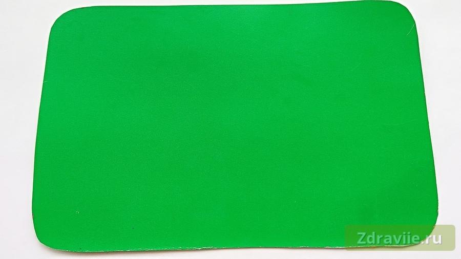 Вырезаем прямоугольник зеленого картона