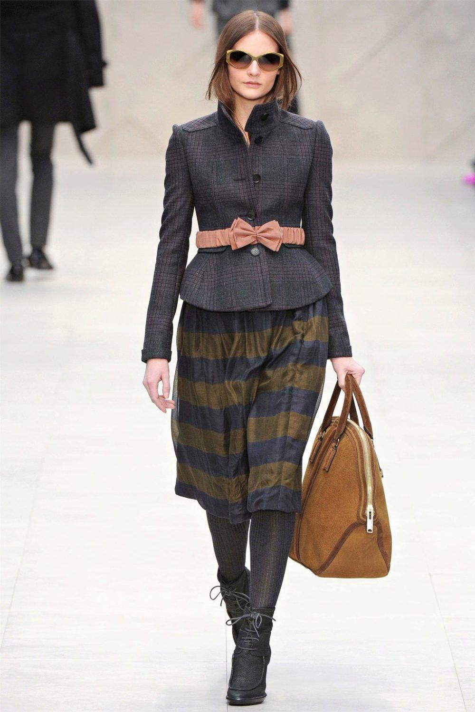 модный приталенный пиджак с юбкой на осень