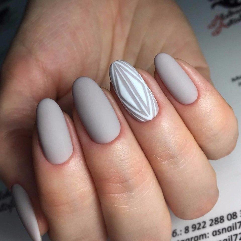 светло-серый нюдовый лак для ногтей на лето
