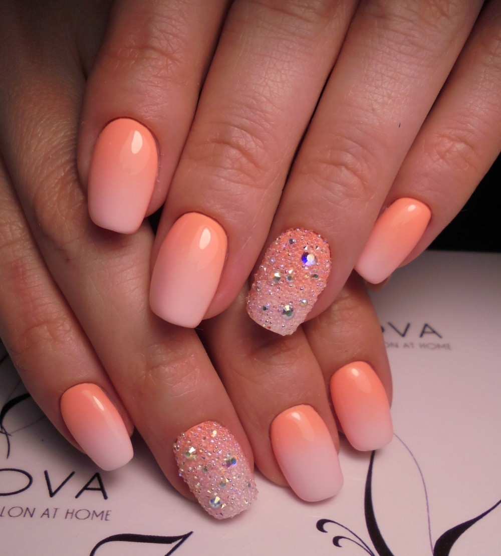 нежный персиковый лак для ногтей на лето