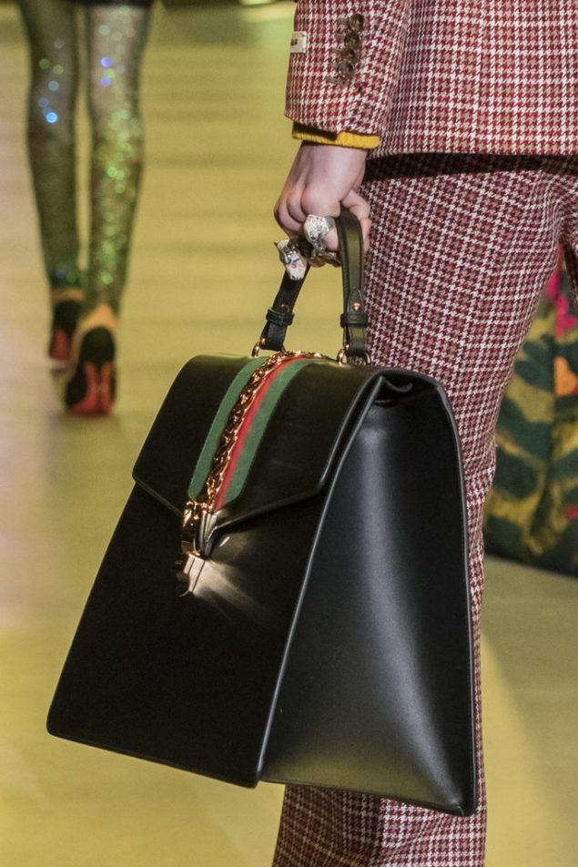 стильная объемная сумка с ручкой