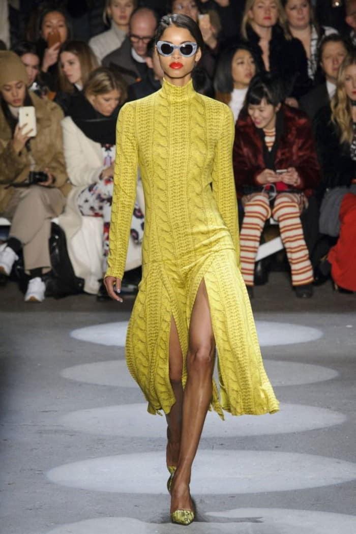 удлиненное вязаное платье с разрезами